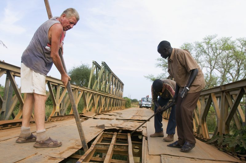 Reconstruction of destroyed bridges during the war in South Sudan by dutch veterans. Photo Bart Coolen/NB-journalism.com